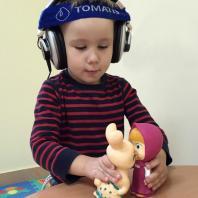 Андрей играет во время сеанса Томатис