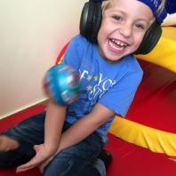 Елисей играет в мяч в Томатис-центре Амадей
