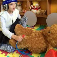 Ира лечит медведя во время Томатис-занятия