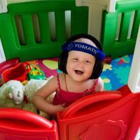 Сима играет в домике и слушает Томатис