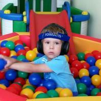 Ваня в шариковом бассейне в Томатис-центре Амадей