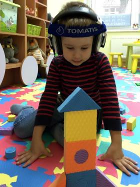 Андрей строит из конструктора в Томатис-центре Амадей