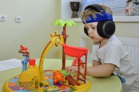 Даниил играет во время аудиотренировки в центре Амадей