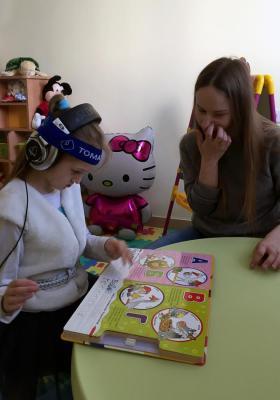 Ира изучает азбуку в центре Амадей