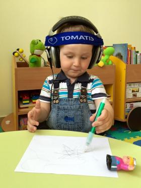 Мирослав рисует в Томатис-центре в Минске