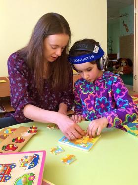 Полина на занятии по методу Томатис в Минске